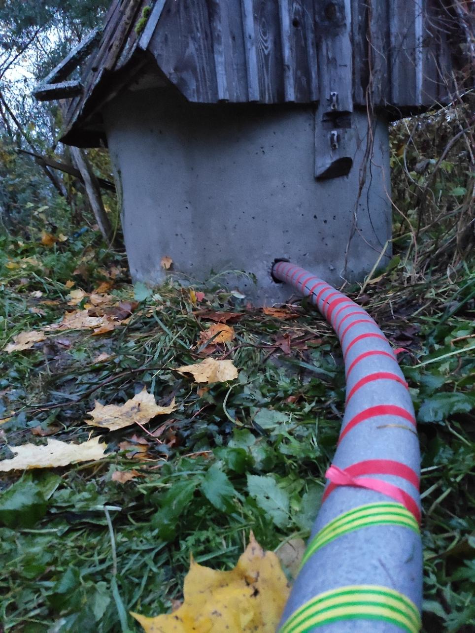 Напорный шланг с греющим кабелем в изоляции в колодце